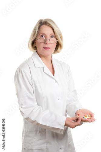 Apothekerin mit Medikamenten