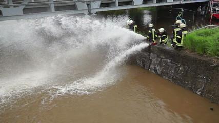Hochwasser Feuerwehr pumpt ab