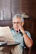 Senior liest Zeitung im Altersheim