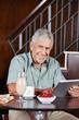 Glücklicher Senior mit Tablet Computer