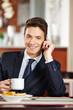 Geschäftsmann telefoniert im Café