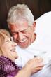 Zwei Senioren lachen im Bett