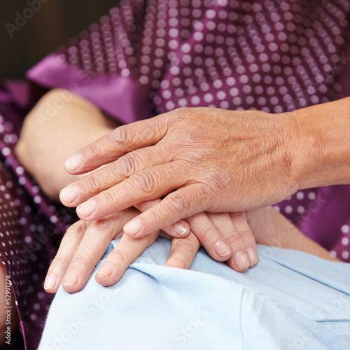 Senioren halten Hände