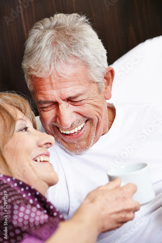 canvas print picture Zwei Senioren lachen im Bett