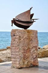 Altea, escultura urbana de un barco junto al Mediterráneo
