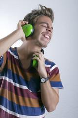 Hombre joven disfrutando de música mientras canta