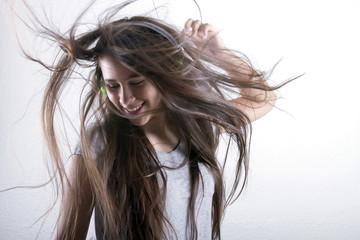 Adolescente bailando ondea su cabello