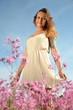 piękna młoda dziewczyna na przepięknej wiosennej łące