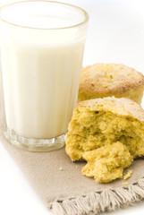 vaso de leche con scones