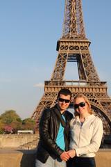 Аватар Влюбленная пара в Париже на фоне Эйфелевой башни