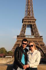 влюбленная пара на фоне Эйфелевой башни