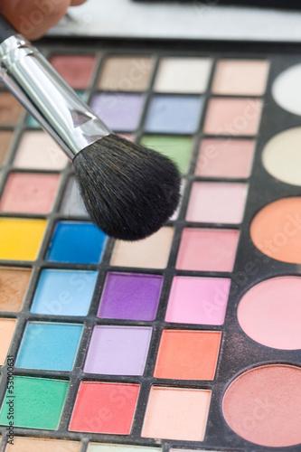 パレットと化粧ブラシ