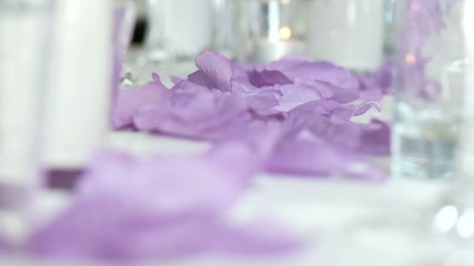 Tischdekoration mit Blüten