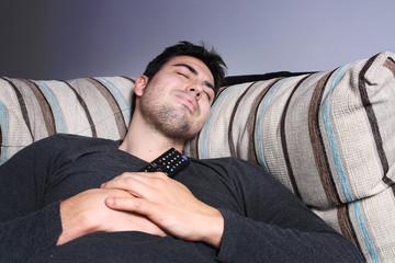 durmiendo abrazado al mando a distancia