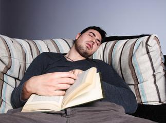 dormido con libro en el sofa