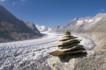 Gletscher und Steinpyramide