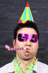 hombre de fiesta con matasuegras