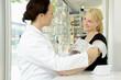 Apothekerin misst Blutdruck