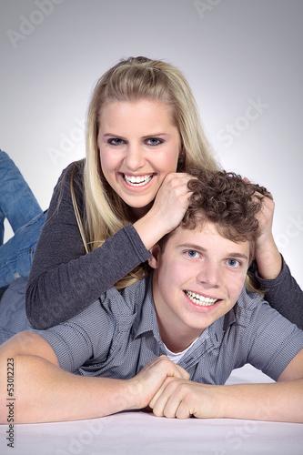 Geschwisterliebe, Schwester rauft Bruder die Haare