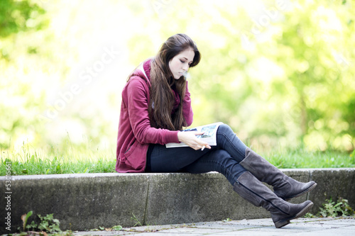 junge Frau liest Zeitung