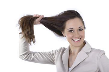 Junge hübsche Frau hält ihre langen Haare