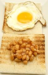 Pan tostado con alubias y huevo frito