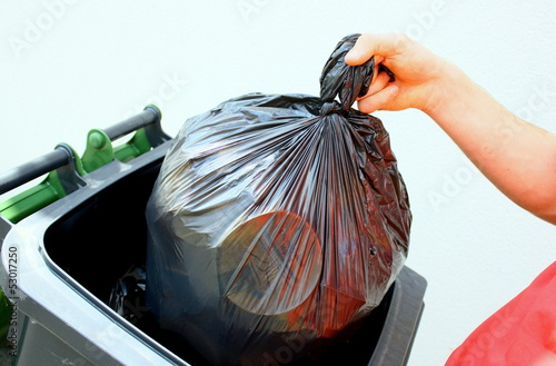 jeter son sac poubelle noir dans un container photo libre de droits sur la banque d 39 images. Black Bedroom Furniture Sets. Home Design Ideas