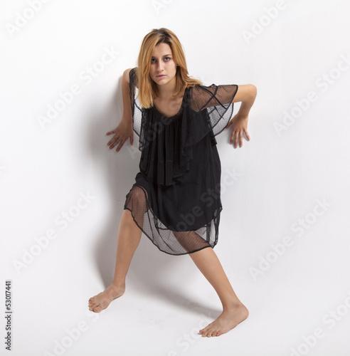 giovane ragazza in abito nero su sfondo bianco