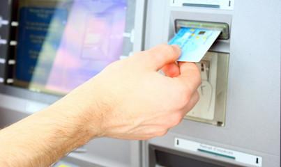 retirer de l'argent avec sa carte bancaire