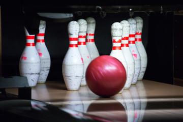 Quilles et boule de bowling