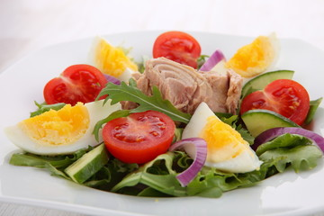 Vegetable salad with tuna