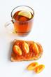 Чай с сэндвичем с абрикосовым повидлом