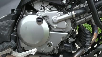 Nagrzany silnik motocykla po podróży