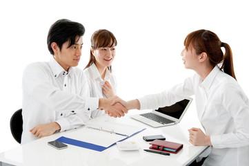 若いカップルの商談イメージ