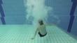 Junge springt in den Pool, Rückwärtslaf, Zeitlupe