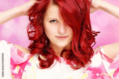 rothaariges Mädchen vor rosa Hintergrung