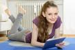 Schülerin surft auf Tablet-PC