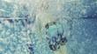 Kind springt ins Wasser und schwimmt weg