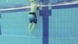 Kind klettert aus dem Pool, Zeitlupe
