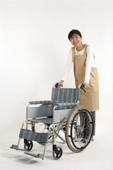 車椅子とヘルパー