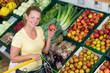 hausfrau kauft äpfel im supermarkt