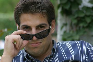 Joven con gafas de sol