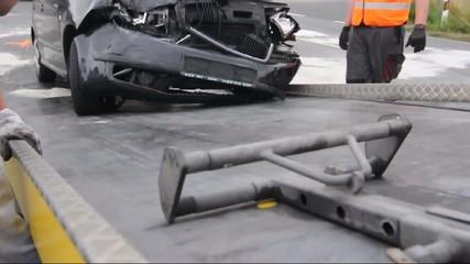 Unfallwagen wird aufgeladen