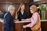 Senioren im Hotel unterschreiben Formular