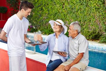 Senioren im Urlaub nehmen Cocktails