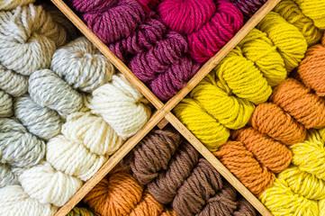 Schafwolle in verschiedenen Farben