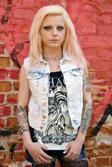 Portrait junge Frau mit Tattoos