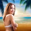 attraktive junge Frau im Bikini am Strand
