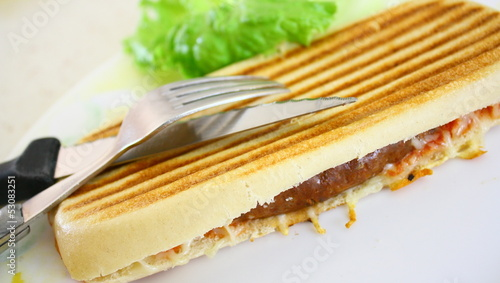 croque-monsieur ,viande, salade
