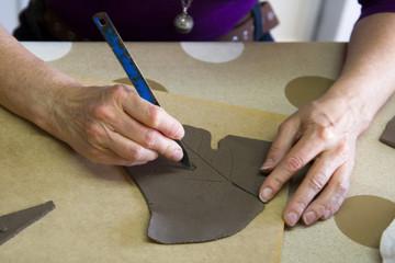 recortando la pieza, cerámica